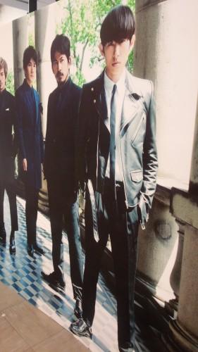 DSC 3185 e1438997235396 281x500 【V6】渋谷のTSUTAYAにてTimeless衣装展示