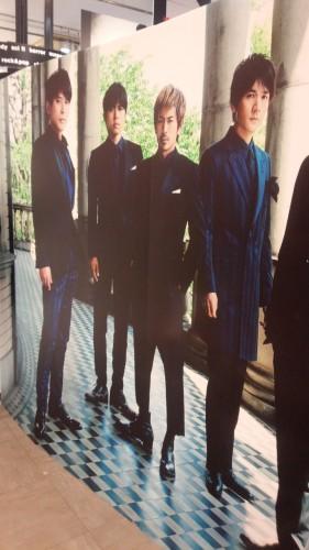 DSC 3186 e1438997158624 281x500 【V6】渋谷のTSUTAYAにてTimeless衣装展示