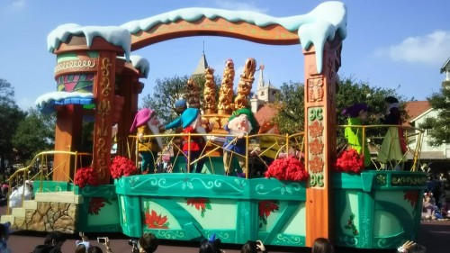 DSC 7308 500x281 ディズニークリスマス初日にパレードを見ました!待ち時間など